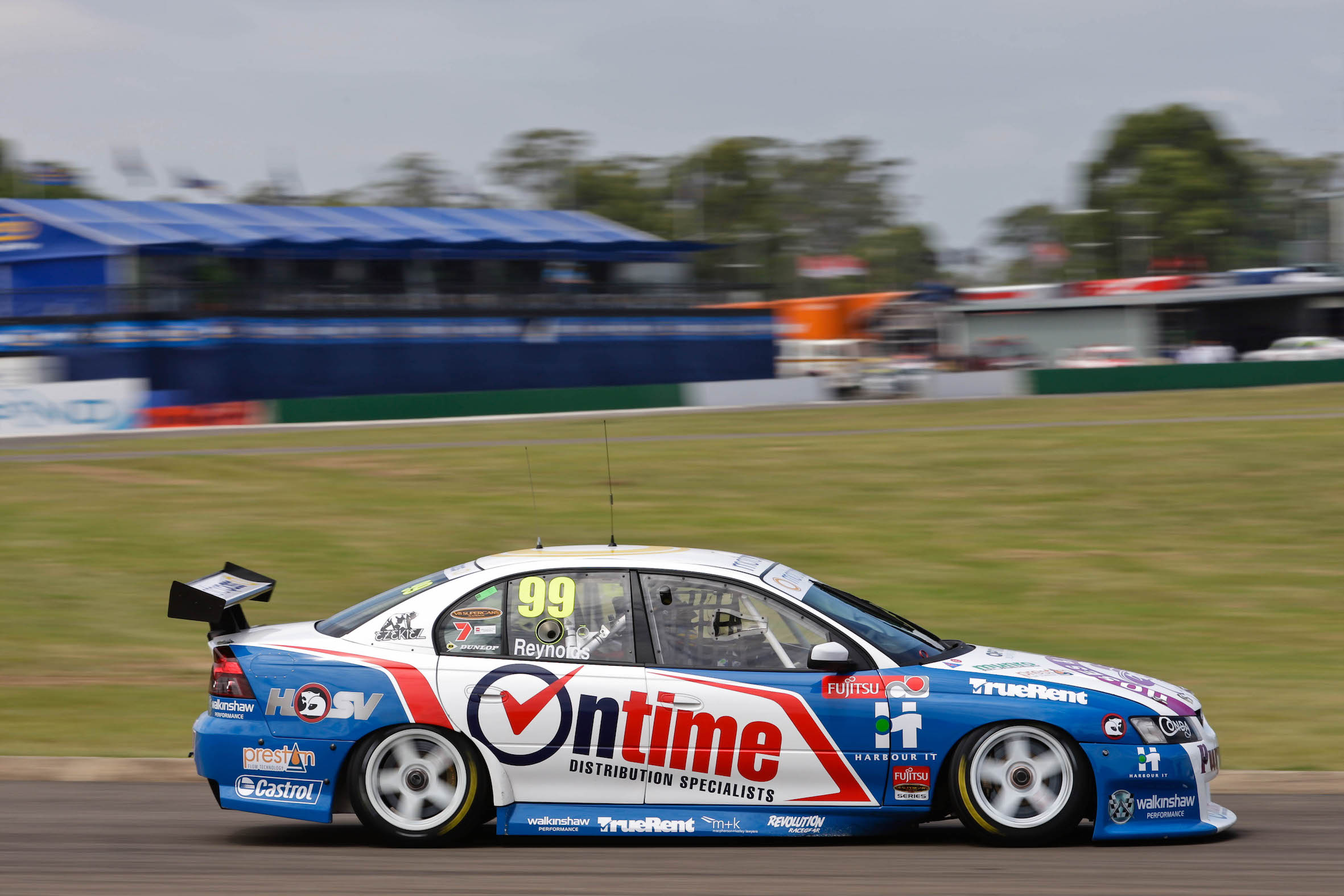 Fujistsu V8 Supercars qualifying at the NRMA Motoring and Services Grand Finale, Oran Park Motor Circuit
